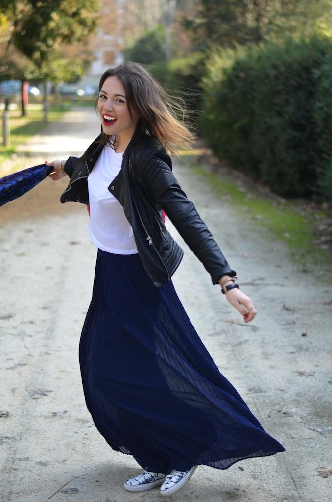 Pantaloni larghi plissettati e giacca di pelle Melissa Cabrini
